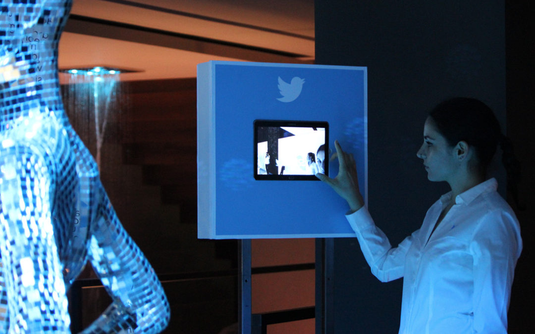 Twitter meets the fashion world to present new social opportunities and services. Participants are surrounded from an environment where they live a new dimension that links Twitter and the fashion imagery on the same communication level. This concept is expressed with an artistic installation composed of futuristic mannequins of mirrors and lights in a technological context. The installation expresses the duality between to be and to appear typical of the fashion world and the digital space. It is also conceived to develop social sharing interactions.
